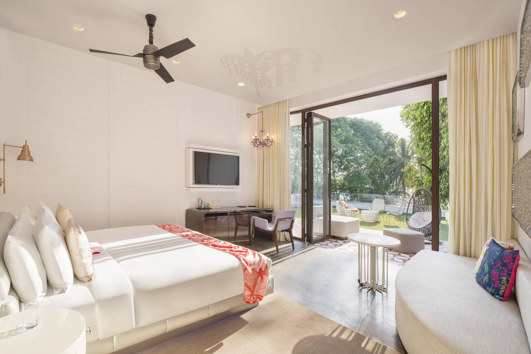 Spectacular Room, Larger Guest room, 1 King, Sofa bed